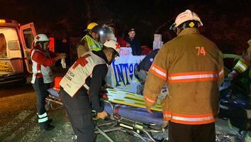 Auto cae a barranco de 10 metros en García; hay un herido