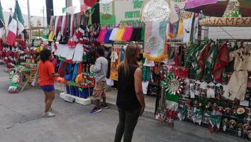 Mexiquense atraviesa el país para vender artículos patrios en Monterrey