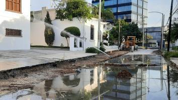 Se 'inundan' calles de la colonia Obispado tras fuga de agua potable