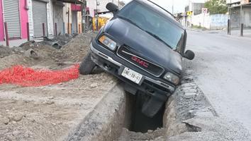 Camioneta cae a una obra inconclusa en Juárez