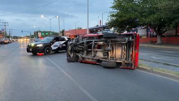 Conductor se estrella con semáforo y termina volcado sobre avenida Aztlán