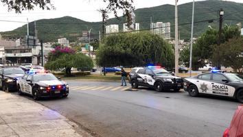 Conductor embiste a un joven en la avenida Garza Sada