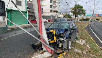 Mujer resulta lesionada tras chocar contra poste sobre la avenida Lázaro Cárdenas