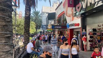 Abarrotan paseo Morelos pese a incremento de casos y muertes por Covid-19
