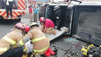 Conductor pierde el control de su camioneta y vuelca en avenida FidelVelázquez