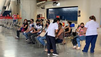 Aplican vacuna contra Covid-19 a mayores de 40 años en el Estadio de Rayados
