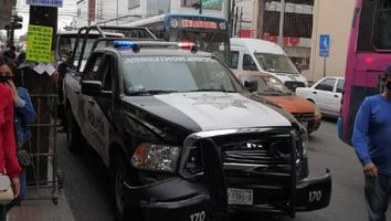Patrulla de Monterrey se impacta contra vehículo frente al Mercado Juárez