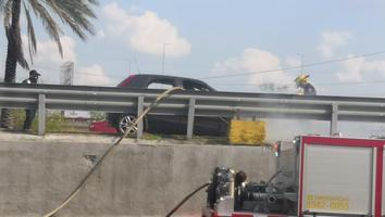 Vehículo se incendia en su totalidad sobre la avenida Constitución; conductor logra salir a tiempo